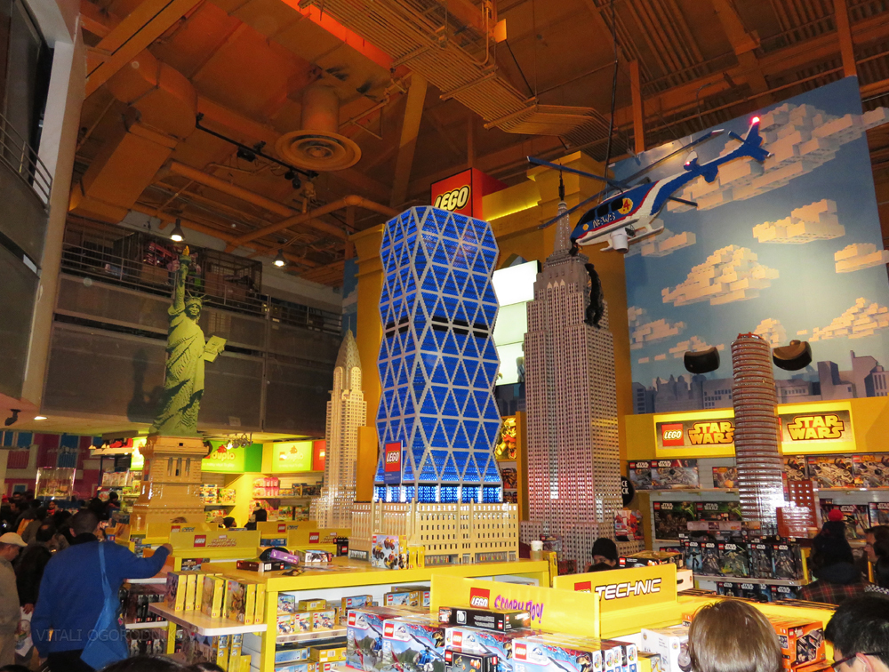 "Times Square Toys ""R"" Us, Once World's Largest Toy Store, To Close ..."