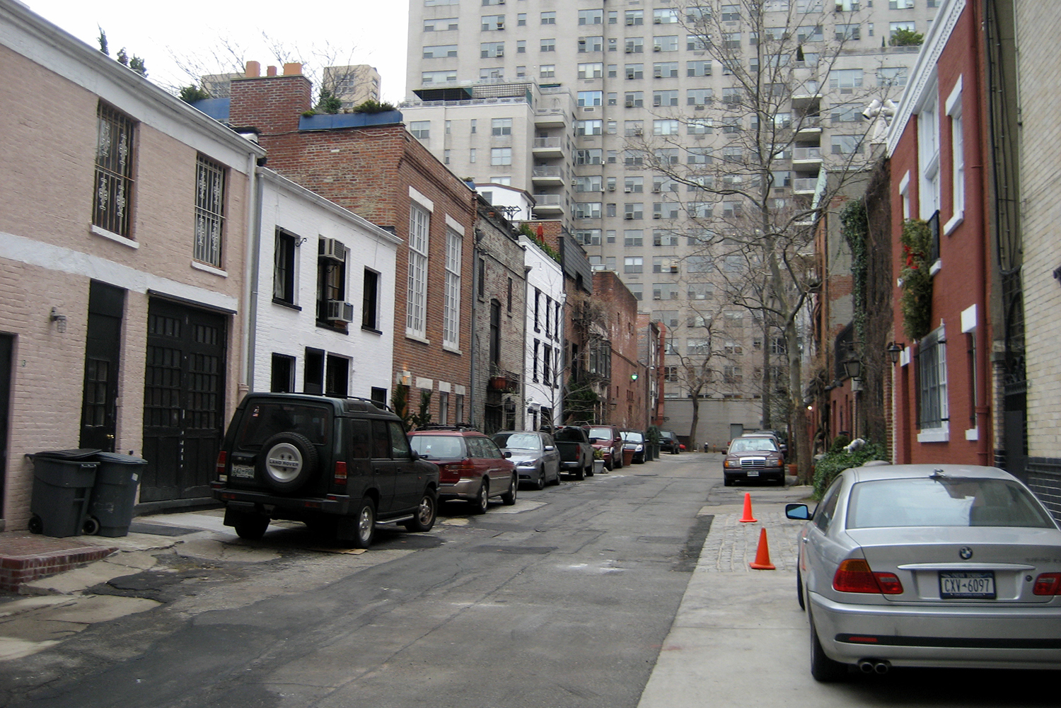 "MacDougal Alley. Photo by <a href=""https://www.flickr.com/photos/wallyg/371361456/in/photolist-yPjPJ-5SuoKC-3eXHg7-eqERU-5vXotU-cpWA3J-6as2vk"">Wally Gobetz/Flickr</a>."