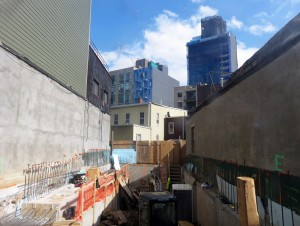 42-43 27th Street. Looking southeast. All photos by the author.