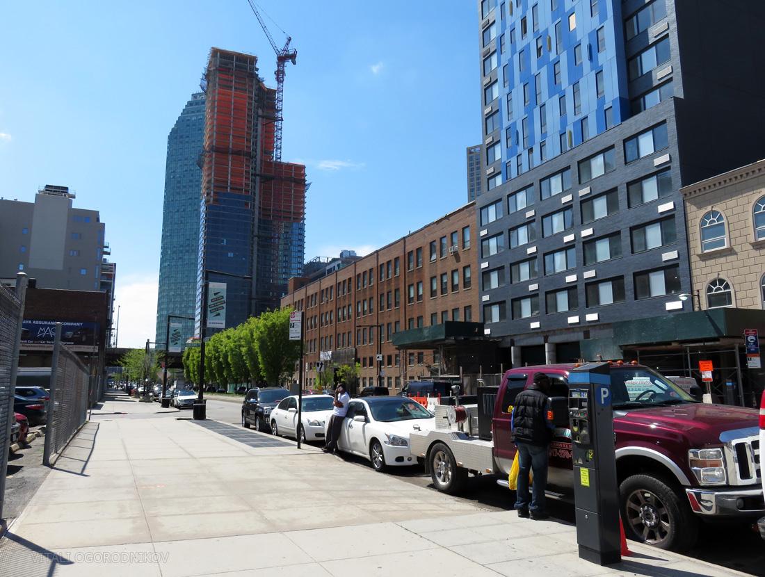 Looking northwest along Jackson Avenue, with 43-25 Jackson Avenue on the background