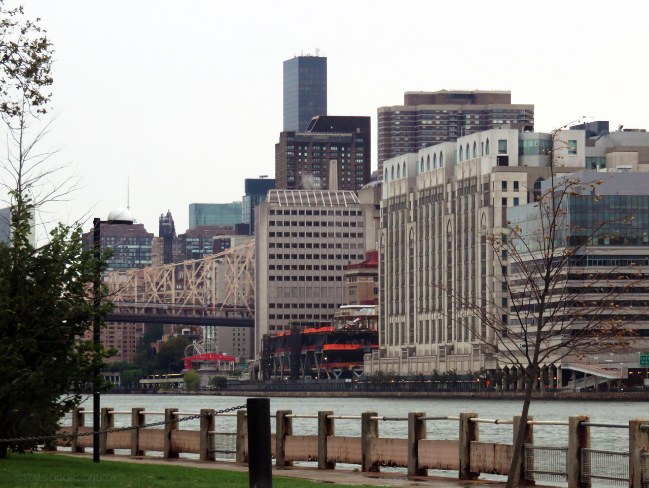 Rockefeller Research Building (center) fronts the new deck, with the Hospital for Special Surgery buildings (right). Looking southwest from Roosevelt Island.